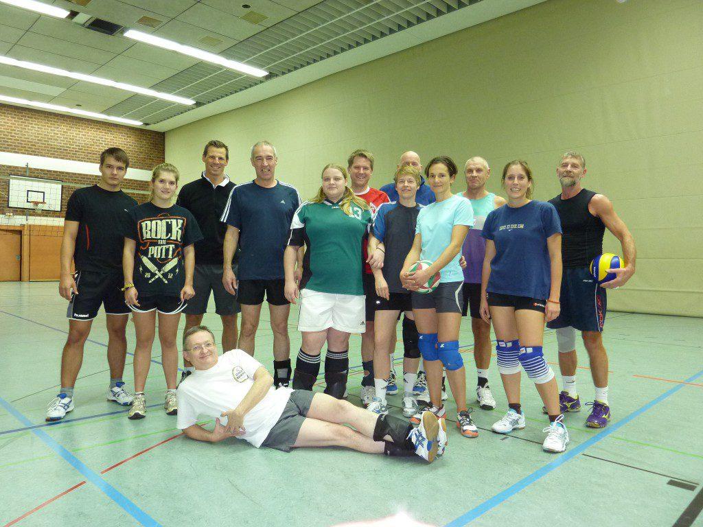Das Foto zeigt die Hobbyvolleyballer Mixed 1 des TVA Hürth